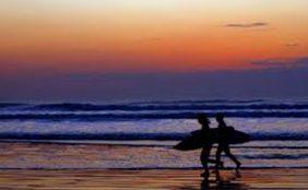 片貝海岸のサーファー