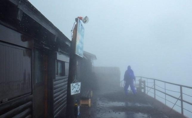 富士山雨宿り